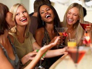 groupe-de-femmes-qui-rient-d-un-homme-qui-n-a-pas-encore-utilise-maleextra