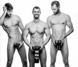trois-hommes-avec-differentes-taille-du-penis